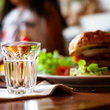 Los beneficios de tomar agua en nuestras comidas